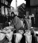 39_430-robert-doisneau-paris-les-halles-marchande-fleurs