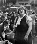 40_430-robert-doisneau-paris-les-halles-marchande-1953